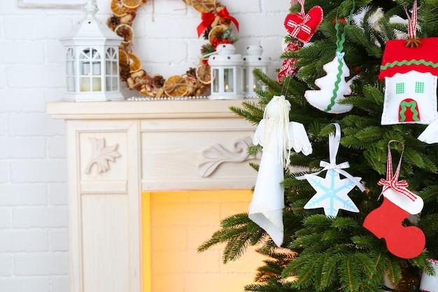 明るい家の内面のクリスマスツリーのクリスマス手作りの装飾