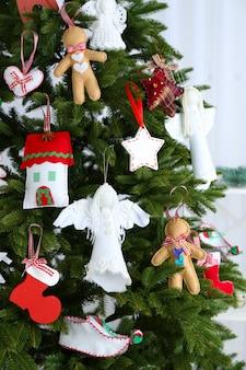 光の表面のクリスマスツリーのクリスマス手作りの装飾