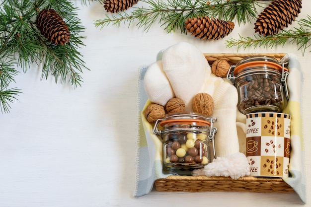 커피, 초콜릿, 커피 컵 및 따뜻한 양말과 함께 크리스마스 수제 선물 상자.
