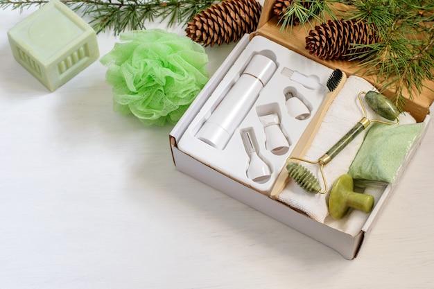 家族や友人のために用意された天然ユーカリスパ化粧品とフェイスマッサージャーが付いたクリスマス手作りギフトボックス