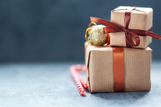 Рождественские подарочные коробки ручной работы на сером фоне