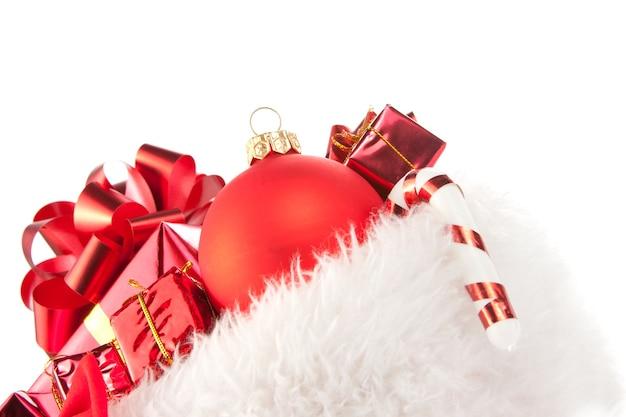 Рождественская шапка, полная красных украшений