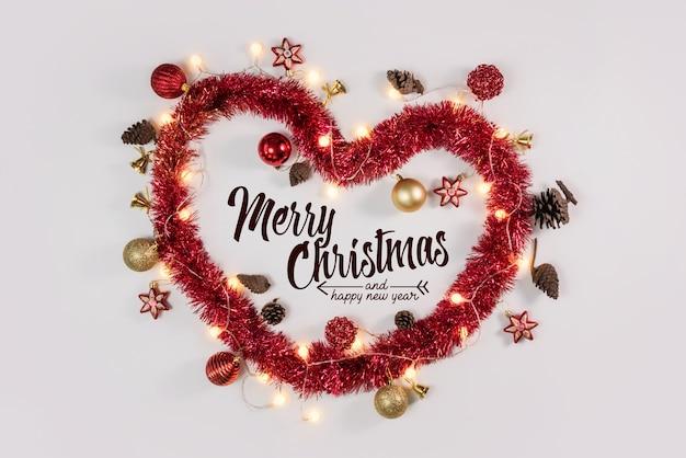 クリスマスの心と白い表面の装飾品