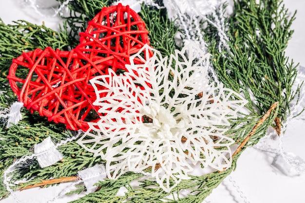 Рождественское сердце и снежинка на ветке хвойного дерева, рождество, зима, новогодняя концепция.