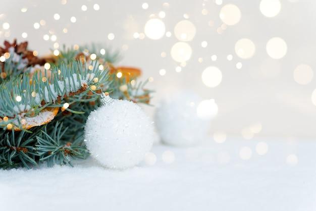 クリスマス休暇の背景。クリスマスカード。クリスマスクラフトギフトとクリスマスツリー