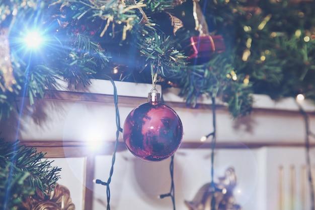 크리스마스 공과 장난감으로 장식된 벽난로의 크리스마스 휴일 배경. 새해 복 많이 받으세요. 장식 또는 홈 인테리어. 확대. 사이트 복사 공간