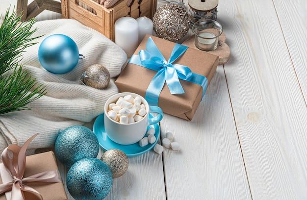 白い背景の上のコーヒー、ギフト、クリスマスの装飾とクリスマス休暇の背景。側面図、コピースペース。