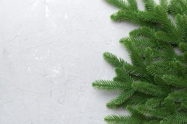 テキストを宣伝するためのコピースペースとクリスマス休暇の背景。色の背景にモミの枝。フラットレイ、上面図