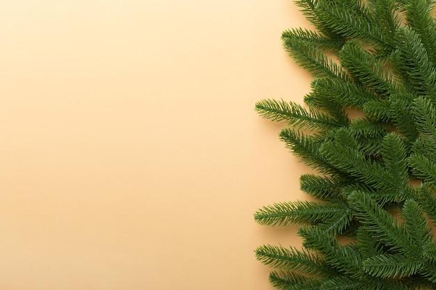 광고 텍스트를 위한 복사 공간이 있는 크리스마스 휴가 배경. 색상 배경에 전나무 지점입니다. 평평한 평지, 평면도