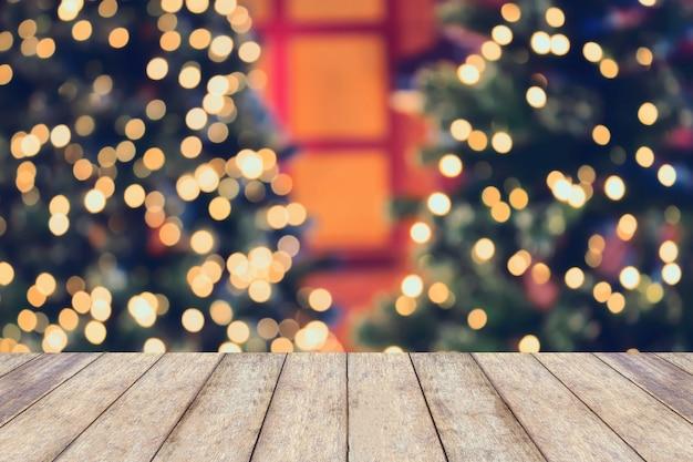空の木製のテーブルトップとクリスマス休暇の背景