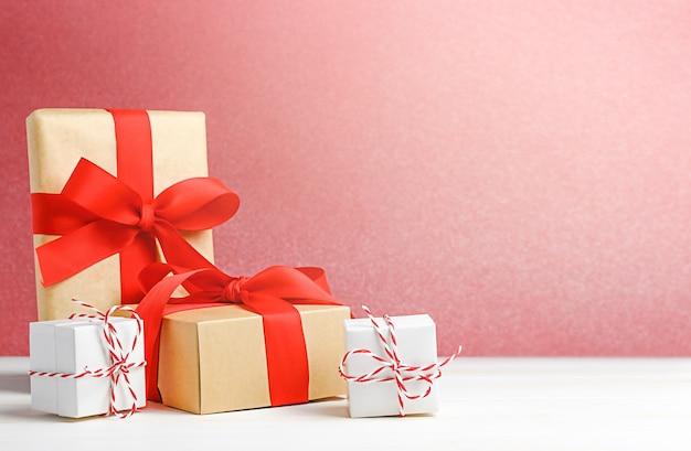 나무 테이블에 선물 상자가 있는 크리스마스 휴일 배경