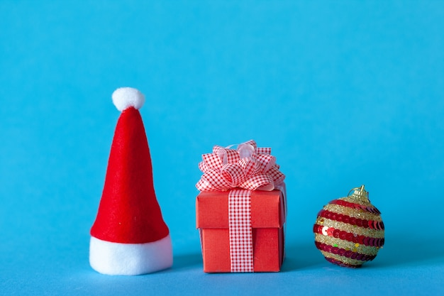 クリスマスボール、サンタ帽子、ギフトボックスクリスマスホリデーお祝いコンセプト