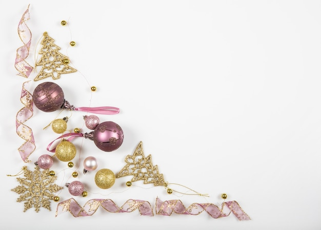 크리스마스 휴일 구성입니다. 흰색 바탕에 리본, 눈송이, 크리스마스 트리가 있는 크리스마스 골드 장식 크리스마스 공.