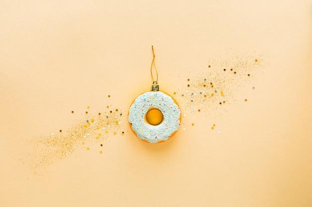 Рождественский праздник творчества концепции. золотой пончик как новогодняя игрушка, стиль минимализм