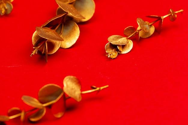 밝은 빨간색 배경에 크리스마스 홀리데이 장식