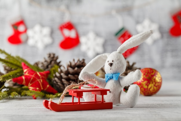 Рождество, праздничные украшения и много шишек, на деревянном столе