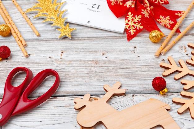 밝은 나무 배경에 크리스마스 휴일 장식 flatlay
