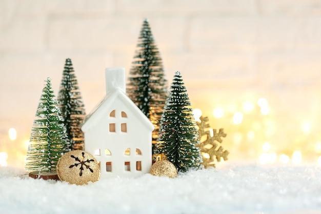 Рождественский праздничный декоративный подсвечник в виде домика