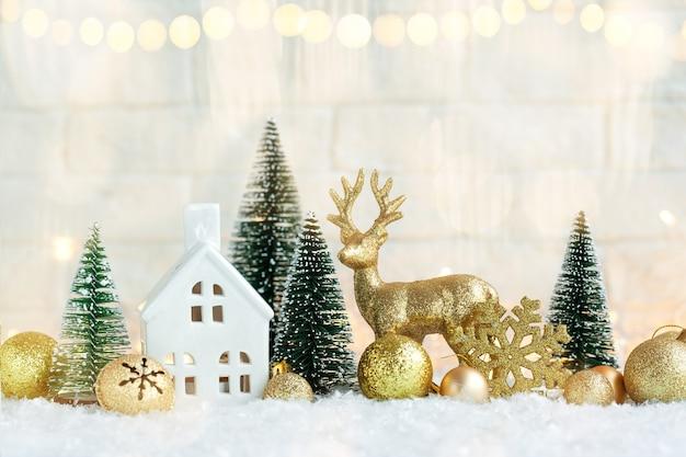 Рождественский праздник декоративные золотые шары и колокольчики