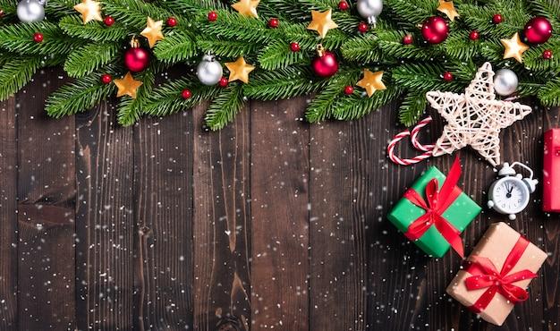 크리스마스 휴일 화환 테두리 전나무 가지와 크리스마스 장식 값싼 물건 장식