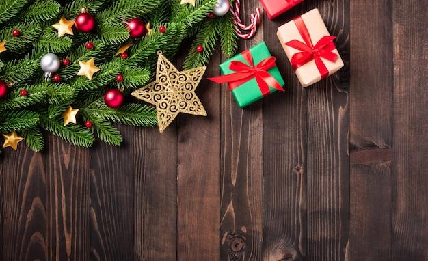 クリスマスホリデーガーランドボーダーフラットレイツリーモミの枝とクリスマス飾り安物の宝石の装飾