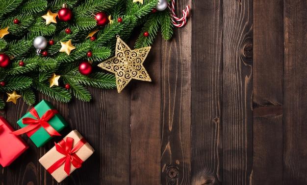 Рождественский праздник гирлянда из еловых веток и рождественский орнамент