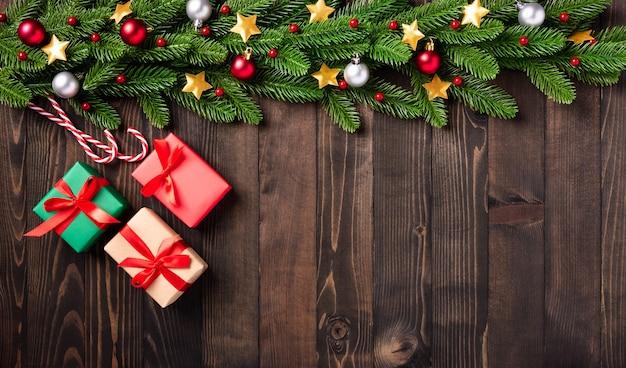 Рождественский праздник гирлянды границы, вид сверху еловых веток дерева и рождественские звезды орнамент украшения и подарочная коробка