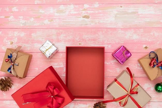 クリスマス ホリデー ギフト ショッピングの背景。コピー スペースで上から表示します。青の背景、トップ ビューでロープから結ばれたクラフト ペーパー プレゼント ボックス。誕生日のフラット レイ構成。