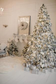 クリスマス休暇のリビングルームの装飾