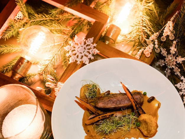 クリスマスホリデーレストランメニュー。絶妙なお祝いの食事。健康的な肉料理のコンセプト
