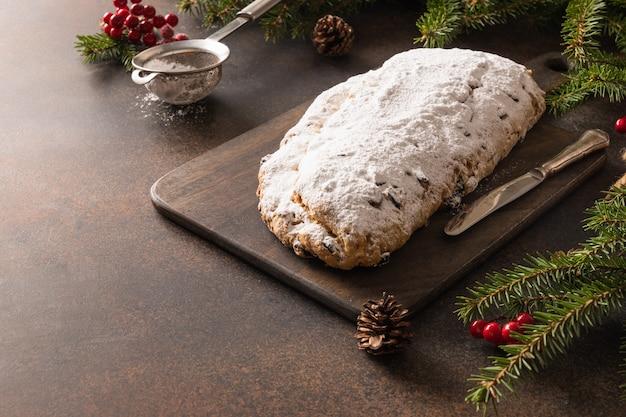 Рождественский праздник с изюмом и цукатами