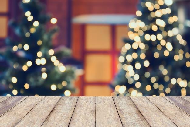 空の木製テーブルトップとクリスマス休暇