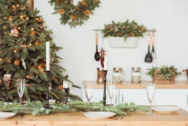 クリスマス、休日、食事のコンセプト-自宅でお祝いディナーにご利用いただけるテーブル
