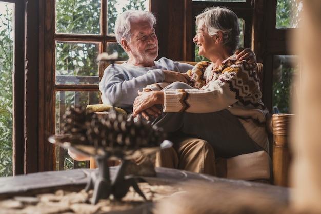 シニア幸せなカップルが座って自宅でクリスマス休暇