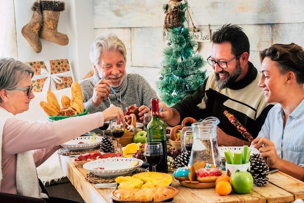 家で昼食をとっている家族とのクリスマス休暇のお祝い