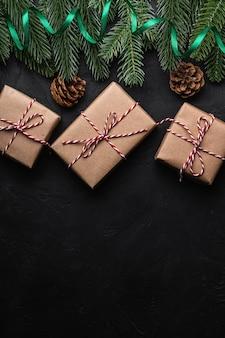 크리스마스 휴일 구성. 녹색 리본 및 선물 상자 포장, 전나무 나무, 소나무 콘. 공간 복사