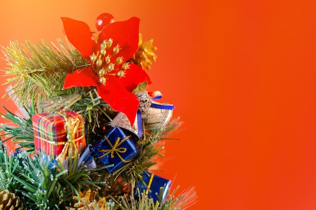 コピースペースと赤い背景の上のクリスマス休暇の構成