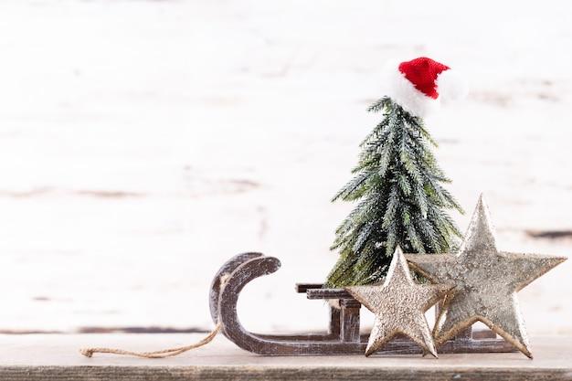 Состав рождественских праздников на деревянных фоне. украшение рождественской елки и копия пространства для вашего текста.