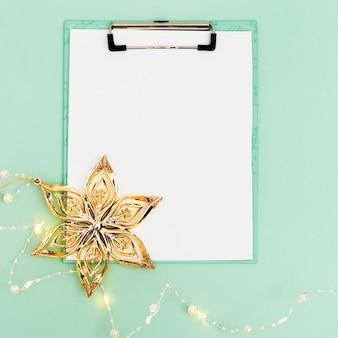 크리스마스를 위한 크리스마스 휴일 개념 준비는 위시리스트 플랫 레이 스타일을 위한 흰색 시트를 조롱합니다.