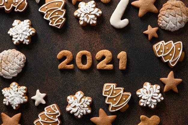 茶色の背景に日付の周りに配置されたクリスマス休暇のクッキー
