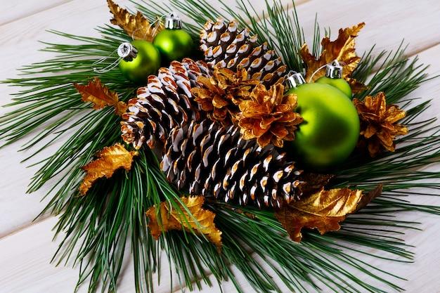 Рождественские праздники золотые шишки и листья украшены венком