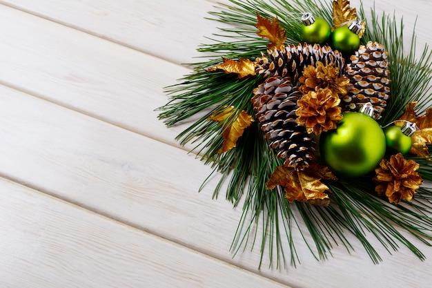Рождественские праздники золотые шишки украшены венком, копией пространства