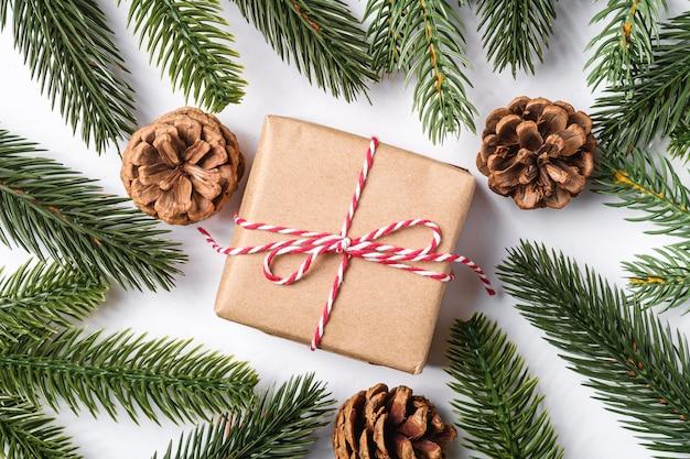 Рождественские каникулы упаковка подарочной коробки без макулатуры с биркой, сосновыми шишками и еловыми ветками