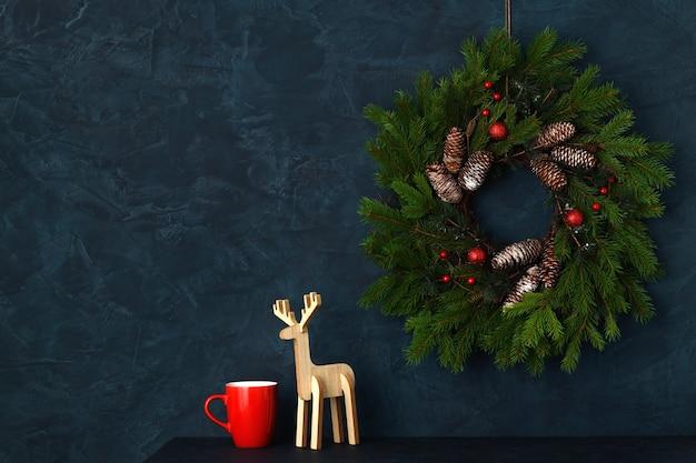 青い壁の背景にクリスマスの家の装飾