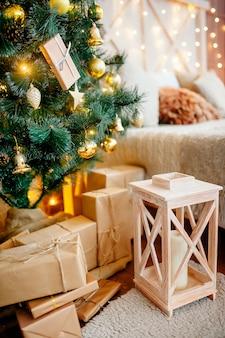 Новогоднее украшение дома с елкой и подарочными коробками