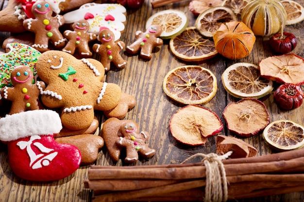 나무 테이블에 크리스마스 홈메이드 진저브레드 쿠키와 말린 과일