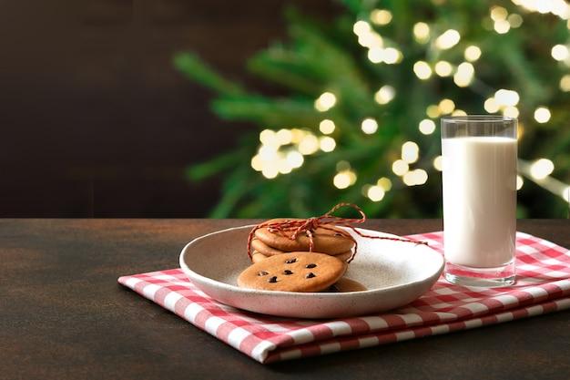 サンタのためのプレートと牛乳のクリスマス自家製ジンジャーブレッドクッキー