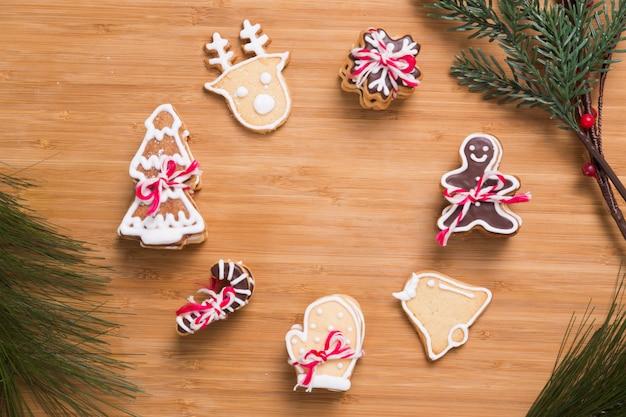 木製のテーブルにクリスマスの自家製ジンジャーブレッドクッキー