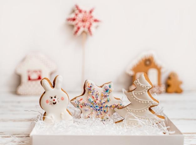 Рождественские домашние пряники на деревянном столе.
