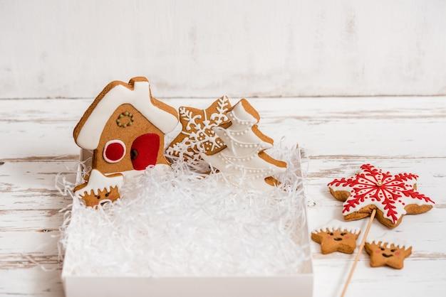 木製のテーブルにクリスマスの自家製ジンジャーブレッドクッキー。